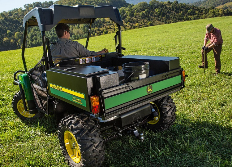 2016 John Deere Gator XUV 550 rear view
